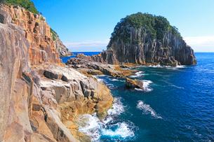 熊野・盾ヶ崎の柱状節理と紺碧の海の写真素材 [FYI01798378]