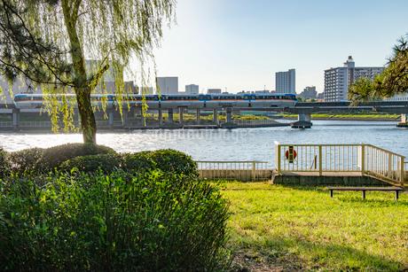 京浜運河とモノレールの写真素材 [FYI01798425]