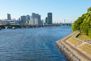 京浜運河から品川シーサイドを望むの写真素材 [FYI01798513]