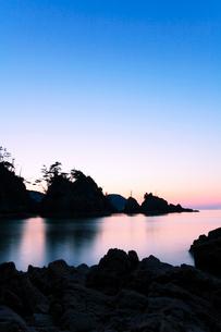 山陰の浦富海岸・西脇海岸の夕焼けの写真素材 [FYI01798519]