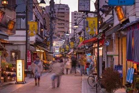 谷中銀座商店街の夕景の写真素材 [FYI01798544]