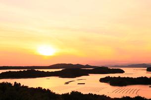伊勢志摩・桐垣展望台より英虞湾の島々と夕日の写真素材 [FYI01798550]