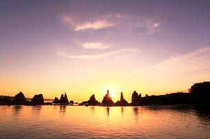 朝日と橋杭岩の写真素材 [FYI01798597]