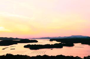 伊勢志摩・桐垣展望台より英虞湾の島々と夕焼けの写真素材 [FYI01798601]