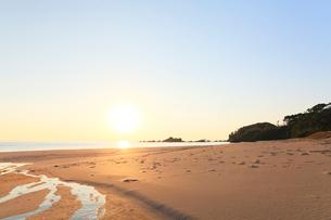 伊勢志摩・市後浜と朝日の写真素材 [FYI01798625]