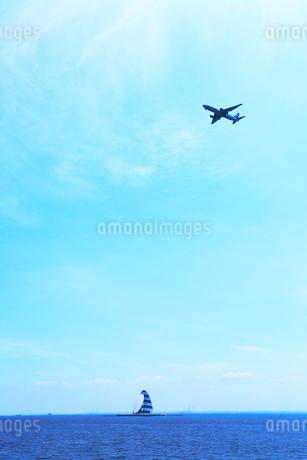 東京湾・風の塔と飛行機の写真素材 [FYI01798633]