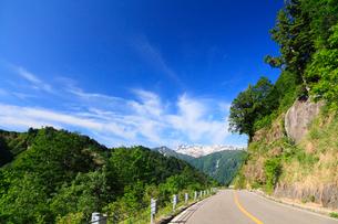 白山白川郷ホワイトロードより残雪の白山の写真素材 [FYI01798638]