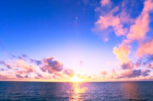海と夕日の写真素材 [FYI01798644]