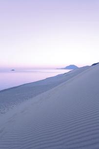 鳥取砂丘より望む夜明けの日本海の写真素材 [FYI01798660]