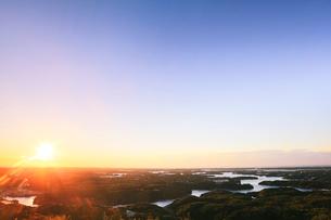 伊勢志摩・横山展望台より英虞湾の島々と朝日の写真素材 [FYI01798670]
