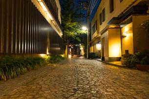 神楽坂の料亭街の夕景の写真素材 [FYI01798671]