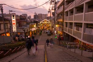 夕焼けだんだんと谷中銀座商店街の夕景の写真素材 [FYI01798720]