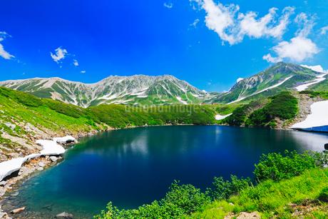 室堂平よりミクリガ池と残雪の立山連峰雄山の写真素材 [FYI01798728]