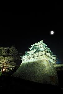 春の名古屋城・天守閣とサクラのライトアップに月の写真素材 [FYI01798748]
