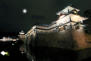 北陸金沢城・菱櫓と五十間長屋に橋爪門続櫓ライトアップに月の写真素材 [FYI01798794]