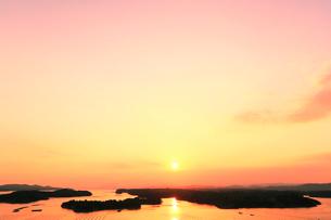 伊勢志摩・登茂山公園桐垣展望台より英虞湾の島々と夕日の写真素材 [FYI01798819]