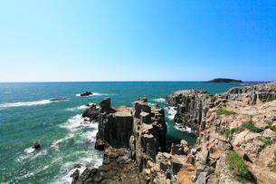 東尋坊の柱状節理と日本海に遊覧船の写真素材 [FYI01798833]