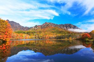 秋の戸隠連峰に朝霧と鏡池の写真素材 [FYI01798855]