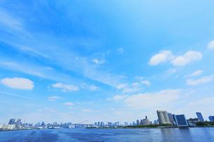 東京・レインボーブリッジと高層ビルの街並みの写真素材 [FYI01798867]
