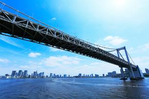 東京・レインボーブリッジと高層ビルの街並みの写真素材 [FYI01798868]