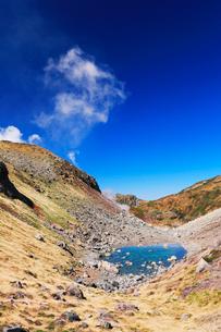 秋の立山・リンドウ池と地獄谷の噴煙の写真素材 [FYI01798876]