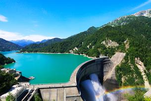 立山連峰と黒部ダム観光放水の写真素材 [FYI01798902]