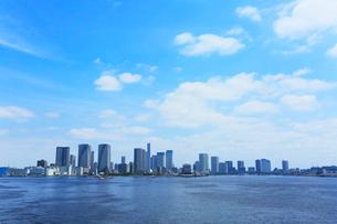 東京湾より高層ビルの街並みの写真素材 [FYI01798961]