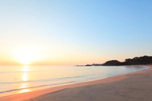 伊勢志摩・市後浜と朝日の写真素材 [FYI01798991]