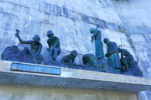 黒部ダム殉職者の慰霊碑の写真素材 [FYI01799011]