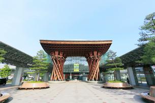 北陸JR金沢駅の鼓門の写真素材 [FYI01799016]