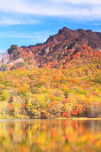 秋の戸隠連峰と鏡池の写真素材 [FYI01799034]