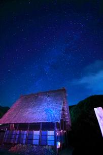 夏の白川郷・夜空に天の川の写真素材 [FYI01799039]