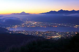 高ボッチ高原より諏訪湖と街明かりに遠望富士山の写真素材 [FYI01799044]