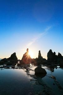 橋杭岩の拝み岩に御来光の写真素材 [FYI01799082]