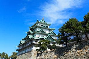 名古屋城天守閣と空に雲の写真素材 [FYI01799087]