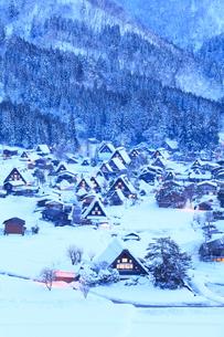 城山展望台より望む冬の白川郷に夕暮れの写真素材 [FYI01799094]