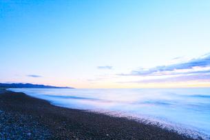 熊野古道・朝の七里御浜の写真素材 [FYI01799099]