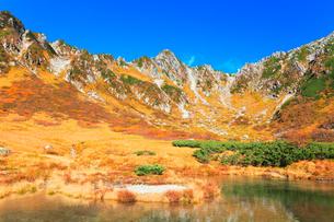 秋の中央アルプス・千畳敷カール剣ヶ池の写真素材 [FYI01799101]