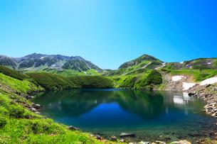 立山室堂平・ミクリガ池と雄山の写真素材 [FYI01799113]