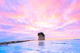 能登半島・見附島と朝焼けの空の写真素材 [FYI01799114]