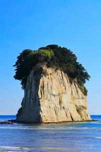 能登半島・見附島と快晴の空の写真素材 [FYI01799117]