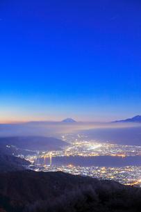 高ボッチ高原より諏訪湖と街明かりに遠望富士山の写真素材 [FYI01799119]