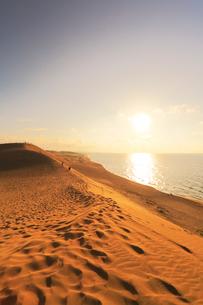鳥取砂丘より日本海に夕日の写真素材 [FYI01799128]