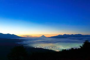 高ボッチ高原より諏訪湖と街明かりに遠望富士山の写真素材 [FYI01799146]