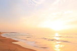 夕日と浜辺によせる波の写真素材 [FYI01799148]