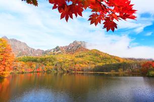 秋の戸隠連峰に朝霧と鏡池の写真素材 [FYI01799172]