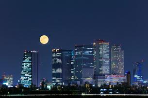 名古屋駅周辺の高層ビルと夜空に月の写真素材 [FYI01799192]