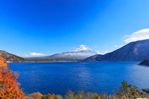 秋の本栖湖より冠雪の富士山の写真素材 [FYI01799195]