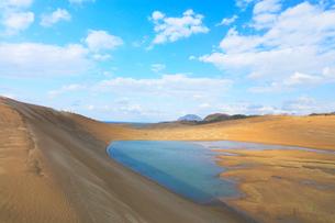 鳥取砂丘・池と空に雲の写真素材 [FYI01799198]