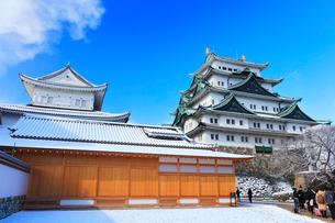 冬・雪の名古屋城天守閣と本丸御殿の写真素材 [FYI01799211]
